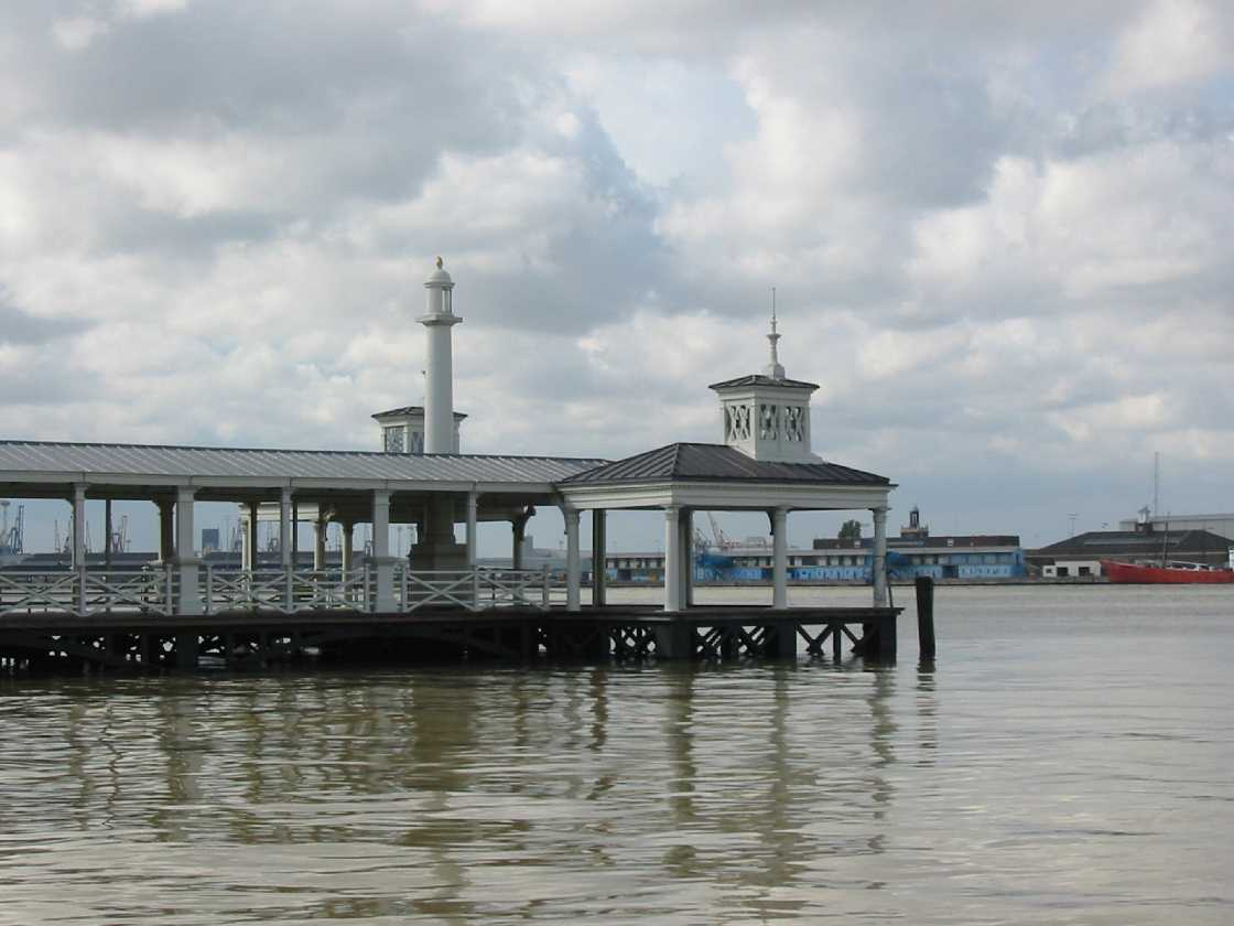 Gravesend pier and river